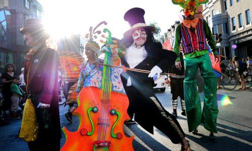 Parade Montréal Complètement Cirque
