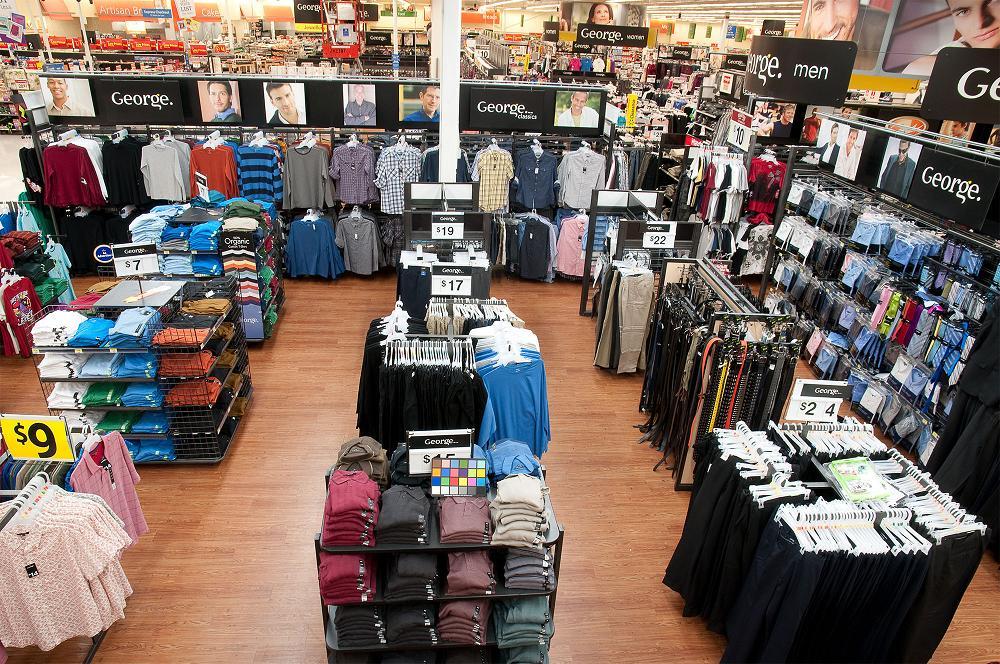 Éclairage de l'aire de vente par le haut après la conversion aux lampes à DEL. Walmart vise 28 % d'économie d'énergie pour l' éclairage en remplaçant près de 6 000 lampes fluorescentes conventionnelles de 25 W à rendement élevé par des lampes à DEL de 18 W dans son Supercentre à Brampton. (Groupe CNW/Walmart Canada)